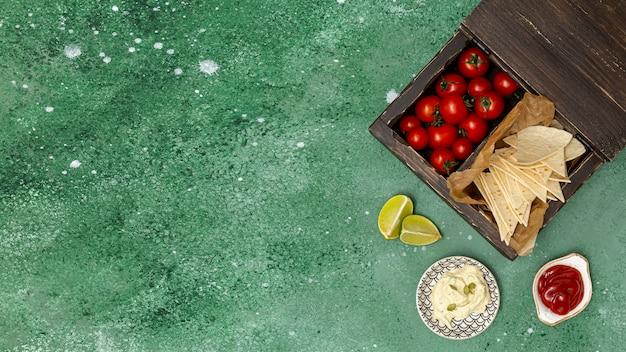 Servido de tortilla com molhos e tomates Foto gratuita