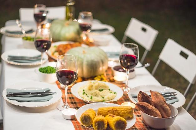 Servido mesa com comida Foto gratuita