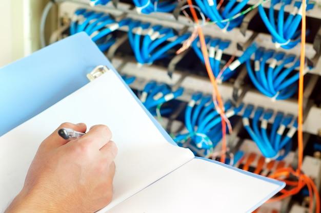 Servidores de data center e cabo de fibra ótica Foto Premium