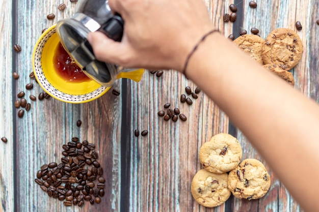 Servindo delicioso café americano com biscoitos Foto Premium