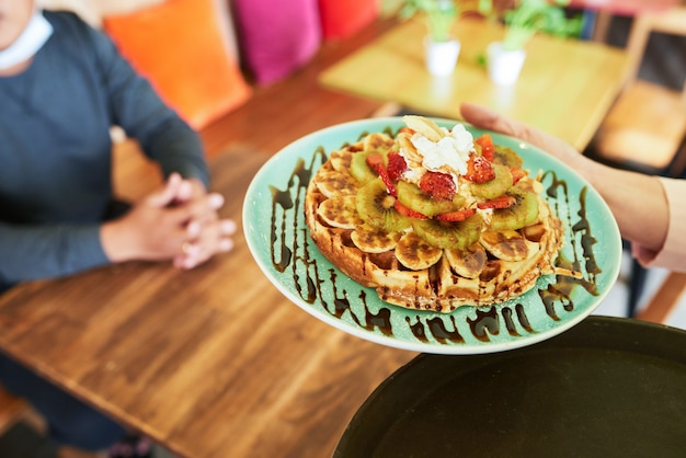 Servindo waffle delisious Foto gratuita