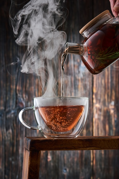 Servindo whisky no copo Foto Premium