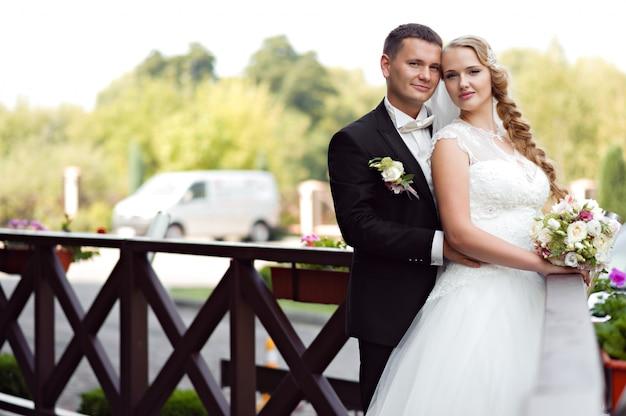 Sessão de fotos de casal no dia do casamento Foto gratuita
