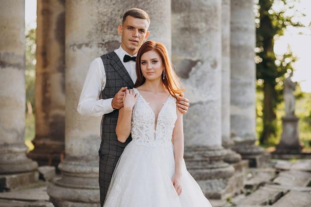 Sessão de fotos de casamento do jovem casal fora Foto gratuita