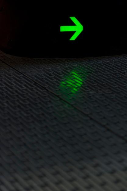 Seta brilhante verde com reflexão Foto gratuita