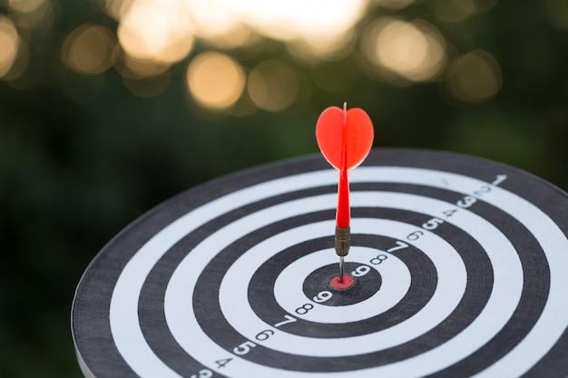 Seta de alvo de dardo vermelho batendo no alvo com, marketing de alvo e conceito de sucesso do negócio Foto Premium