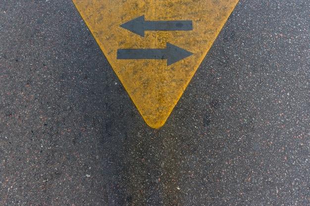 Setas de asfalto vista superior na rua Foto gratuita