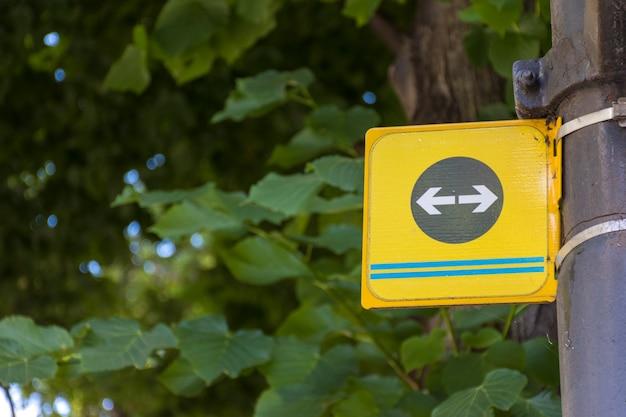 Setas de estrada esquerda e direita em um poste Foto gratuita