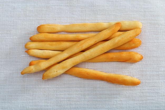 Sete varas de pão que encontram-se na toalha de mesa do algodão. Foto Premium