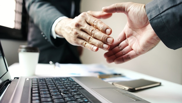 Shake de mão de empresário, negócios corporativos bem sucedidos. Foto Premium