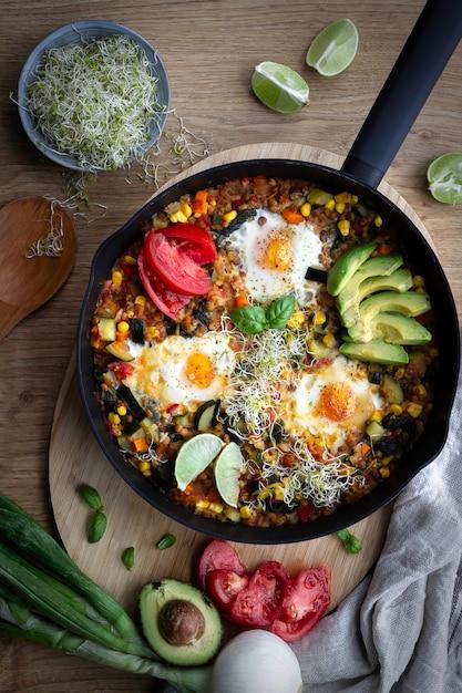 Shakshuka, ovos fritos em molho de tomate para o brunch de páscoa Foto Premium
