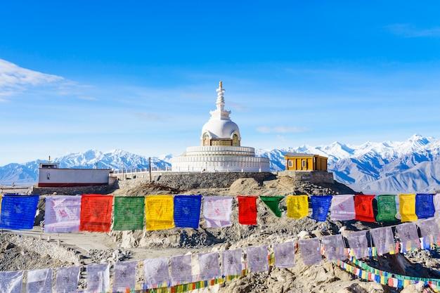 Shanti stupa no topo de uma colina em changpa, distrito de leh, índia Foto Premium