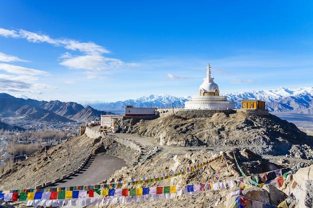 Shanti stupa no topo de uma colina em changpa, distrito de leh, região de ladakh, índia Foto Premium