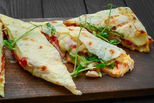 Shawarma tradicional lanche do oriente médio. na placa de madeira Foto Premium