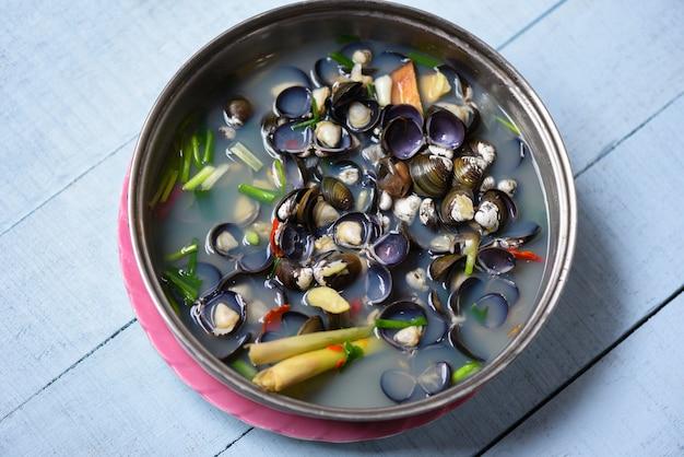 Shijimi molusco bivalve de água doce, como amêijoas cozidas com ervas e especiarias Foto Premium