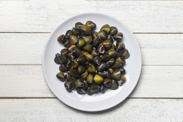 Shijimi molusco bivalve de água doce como concha de amêijoas no prato Foto Premium