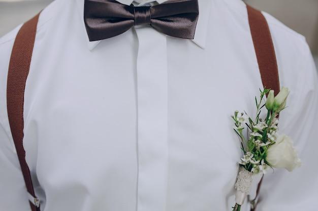 Shirt com flores no bolso Foto gratuita