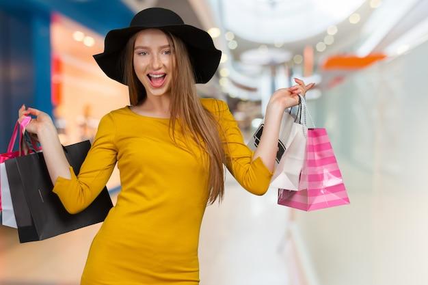Shopping mulher segurando sacolas de compras Foto Premium