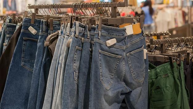 Shorts jeans na prateleira da loja. roupas da moda nas prateleiras da loja Foto Premium