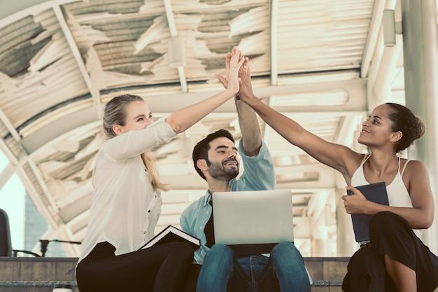 Show de handshake de trabalho em equipe de negócios para o negócio de sucesso. Foto Premium