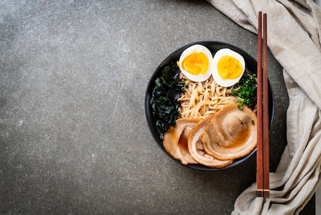 Shoyu macarrão com carne de porco e ovo Foto Premium