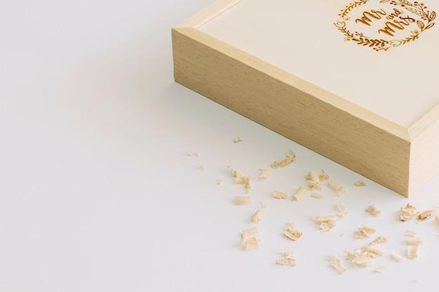 Shredding perto da caixa com monograma Foto gratuita