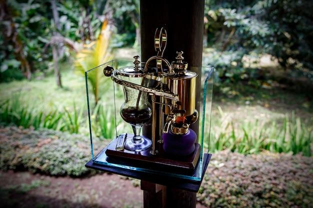 Sifão vintage para fazer café fresco, ao ar livre Foto Premium