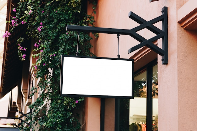 Signage vazio preto horizontal na parte dianteira da loja de roupa com espaço da cópia. Foto Premium