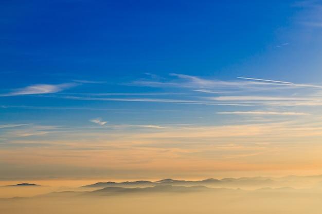 Silhueta da montanha sobre nuvens, fundo do céu, papel de parede Foto Premium