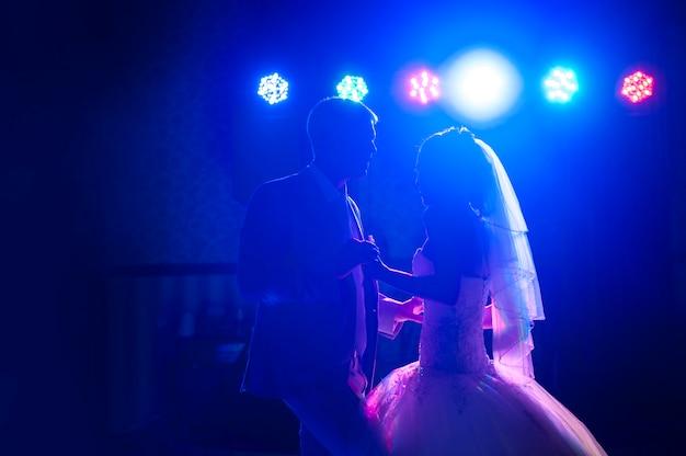 Silhueta dançando a noiva e o noivo Foto Premium