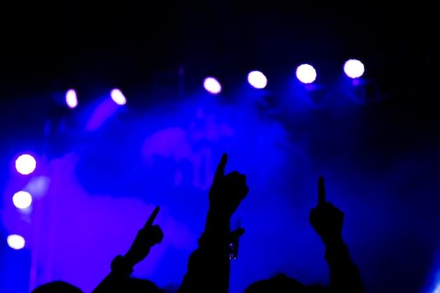 Silhueta de festa de concerto abstrata com luz e fumaça no momento feliz Foto Premium