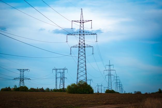 Silhueta de grupo de torres de transmissão Foto Premium