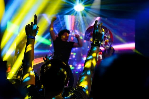 Silhueta de mãos no concerto Foto Premium