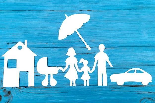 Silhueta de papel da família com carrinho de bebê sob o guarda-chuva Foto Premium