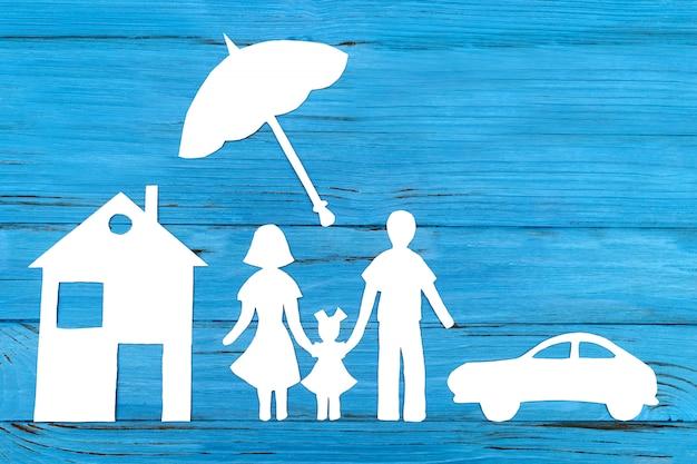 Silhueta de papel da família sob o guarda-chuva Foto Premium