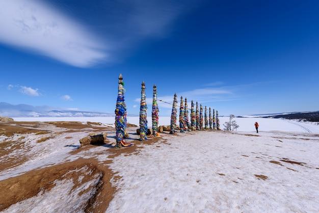 Silhueta de pessoa tira foto do lugar sagrado buryat na ilha de olkhon, lago baikal, rússia Foto Premium