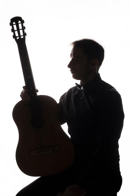 Silhueta de um homem com violão Foto gratuita