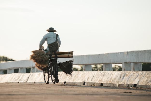 Silhueta de um homem jovem aptidão correndo no nascer do sol Foto gratuita