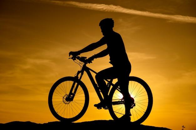 Silhueta de uma bicicleta no fundo do céu Foto Premium