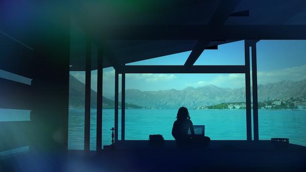 Silhueta de uma mulher que trabalha no escritório com vista da cidade Foto Premium