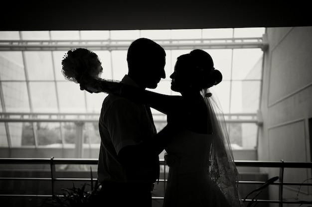 Silhueta de uma noiva e noivo Foto Premium