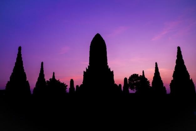 Silhueta de wat chaiwatthanaram, um antigo templo na atração turística de ayudhya tailândia Foto Premium