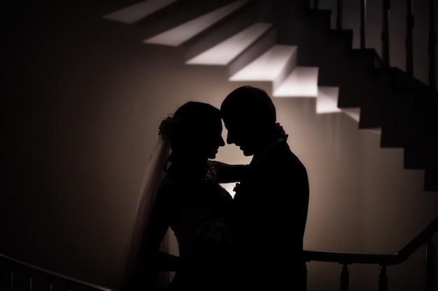 Silhueta do casamento a noiva e o noivo amam Foto Premium