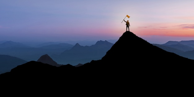 Silhueta do empresário em pé no topo da montanha sobre fundo crepúsculo do sol com o conceito de bandeira, vencedor, sucesso e liderança Foto Premium
