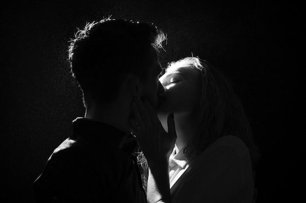 Silhueta preto e branco de um casal se beijando Foto Premium