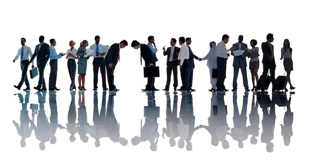 Silhuetas de diversos empresários trabalhando Foto Premium