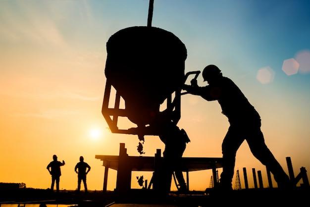Silueta, civil, local, engenheiro, e, trabalhador construção, trabalhando, ligado, andaimes Foto Premium