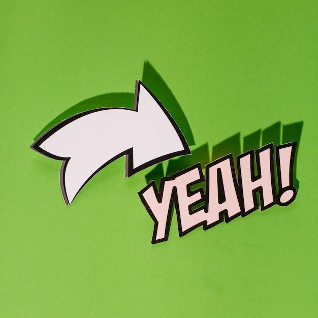 Sim texto com sinal de direção seta branca sobre fundo verde Foto gratuita