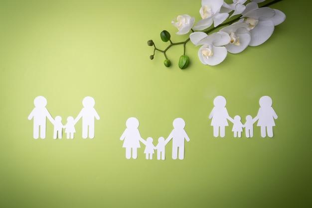 Símbolo de família recortado em papel branco. proteger os direitos das pessoas e minorias sexuais. Foto Premium