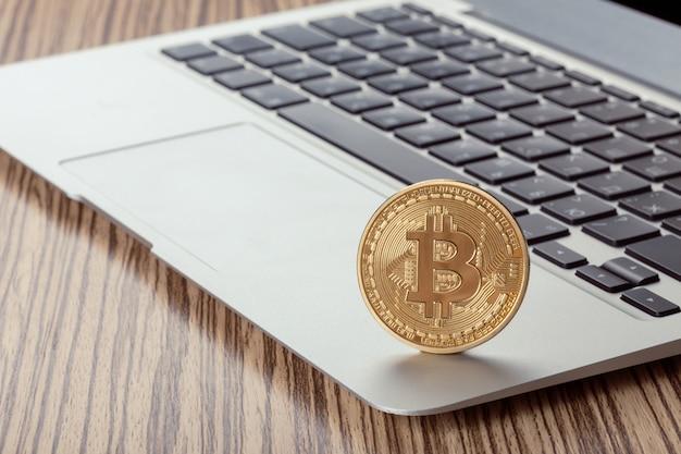 Símbolo de moeda física bitcoin dourado no teclado Foto Premium